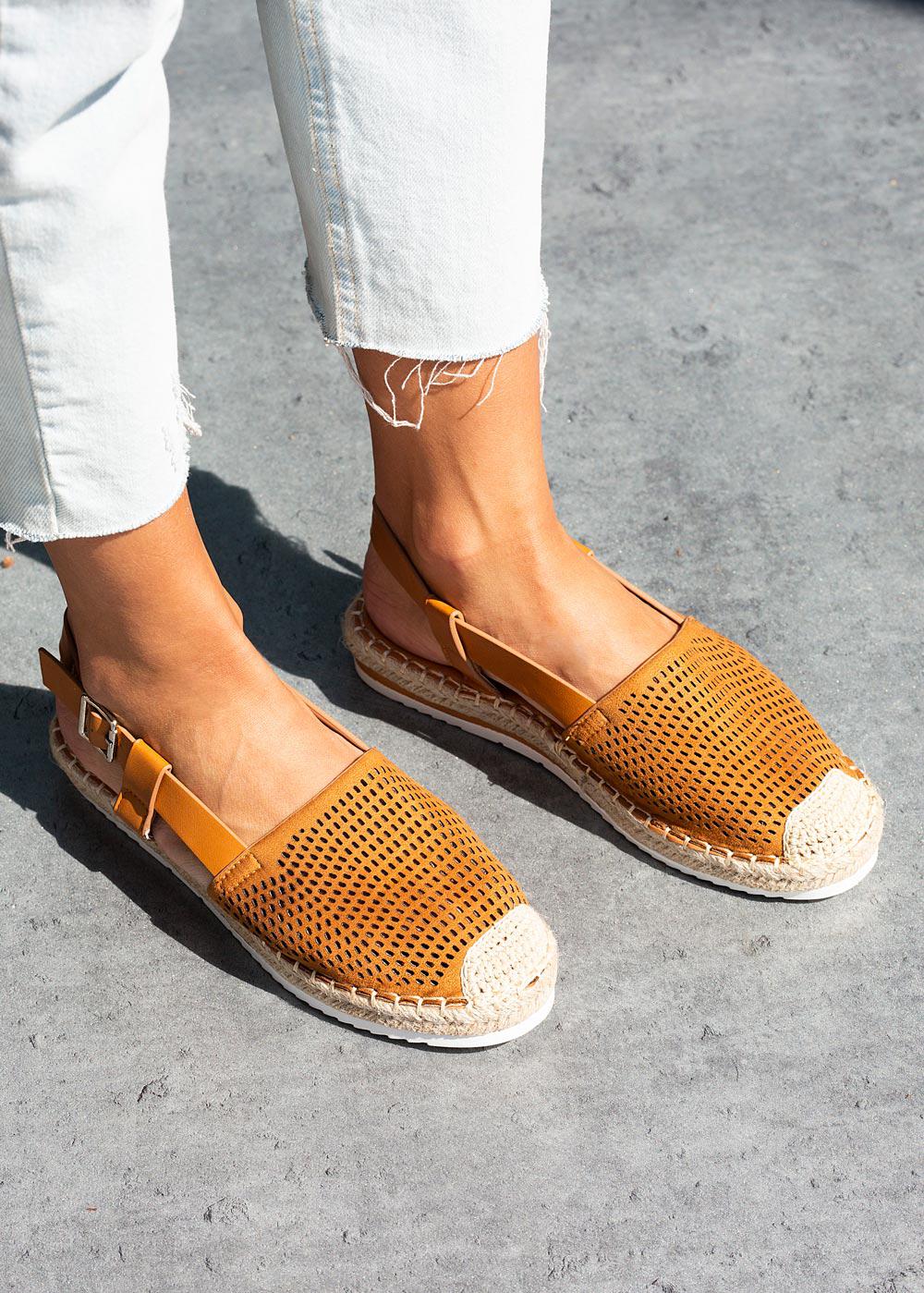 Camelowe sandały espadryle ażurowe z zakrytymi palcami Casu C20X4/C camel