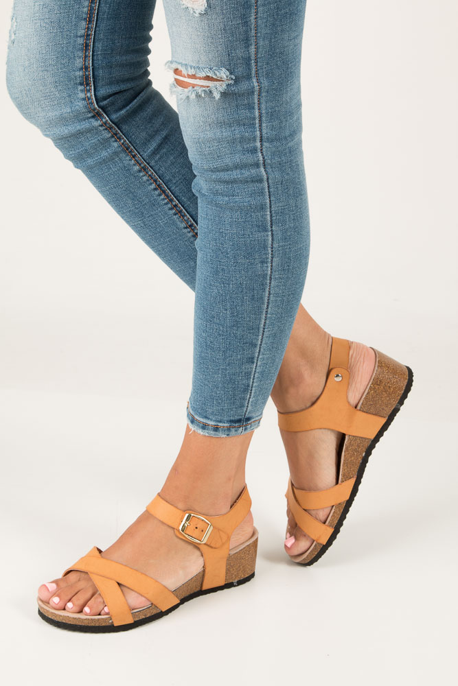 Camelowe sandały ze skrzaną wkładką na koturnie z korka Casu B18X5/C