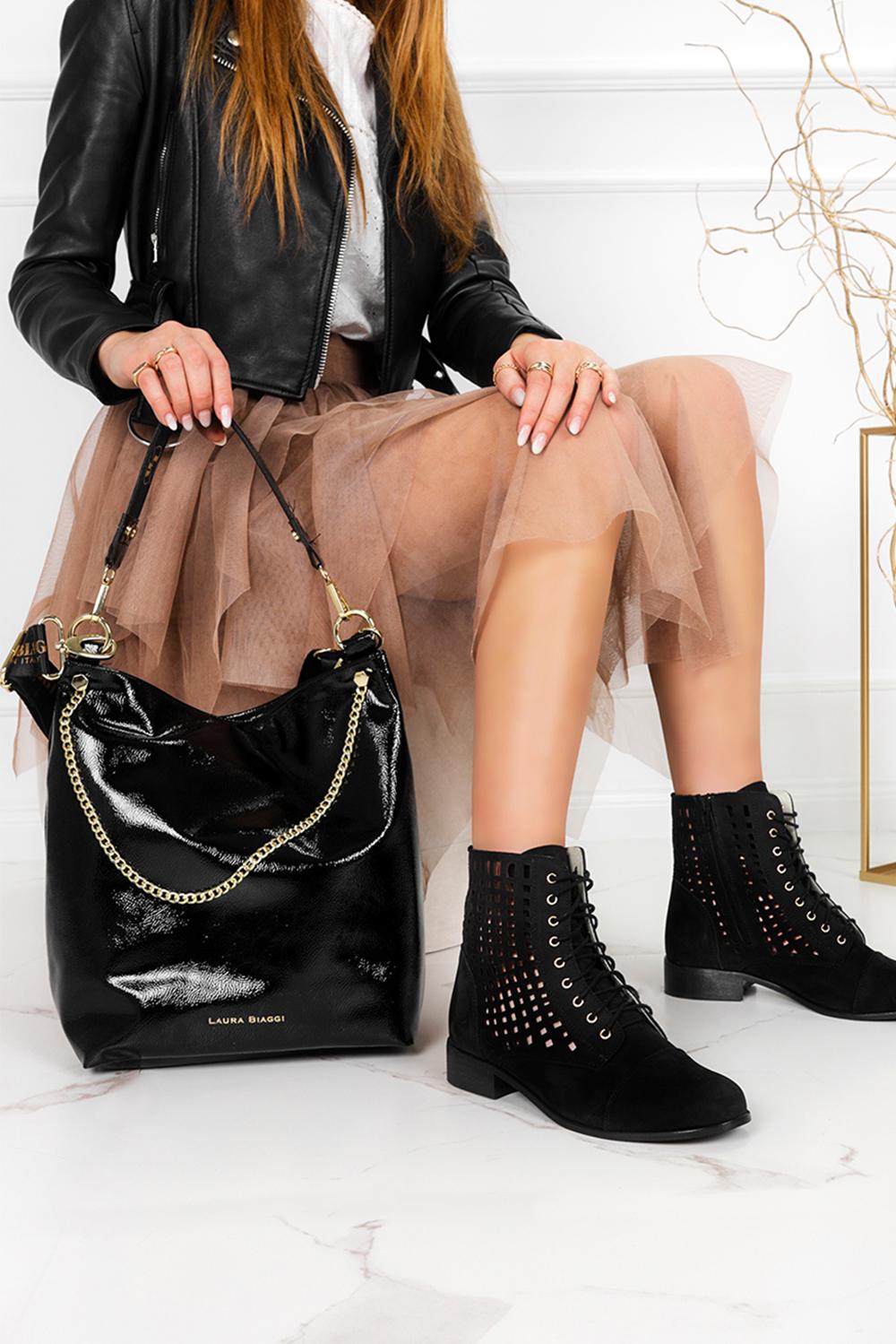 Czarna torebka lakierowana z ozdobnym łańcuszkiem Laura Biaggi JP53