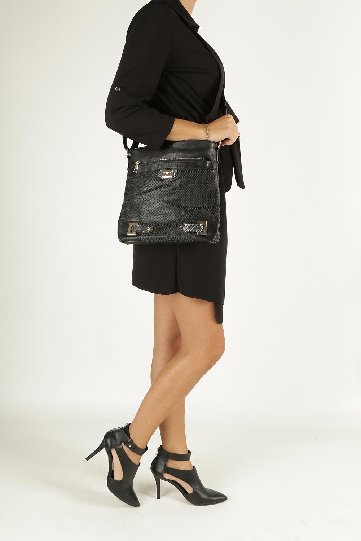 Czarna torebka listonoszka ażurowa z metalową ozdobą Casu D126