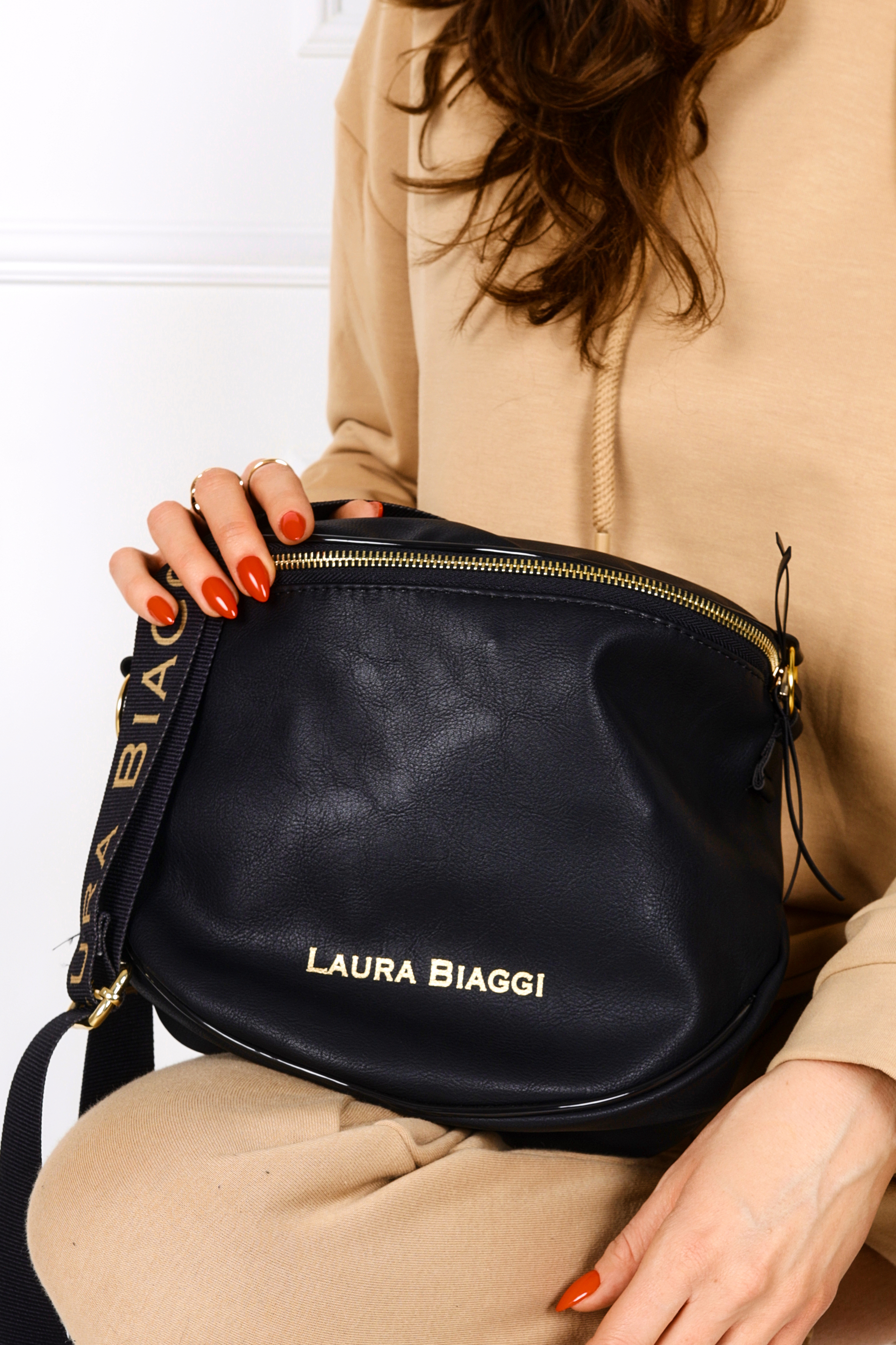 Czarna torebka listonoszka Laura Biaggi KB12
