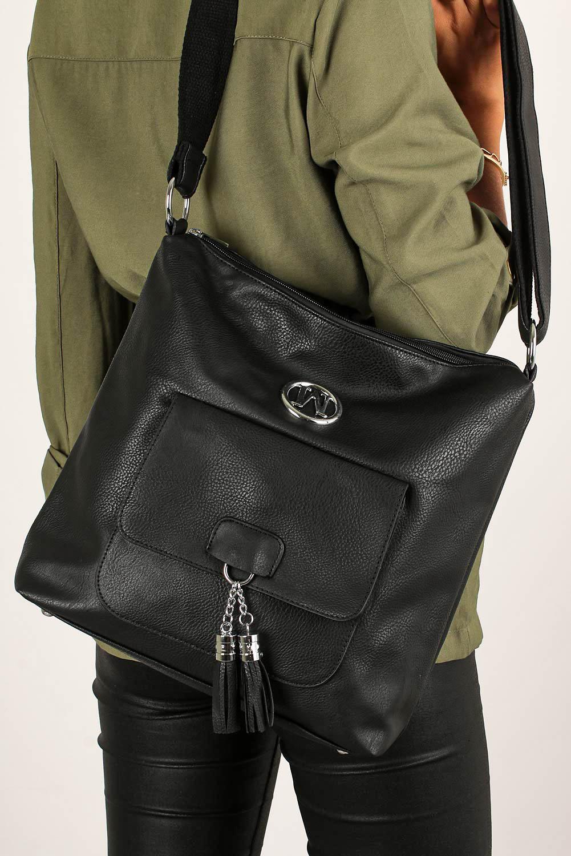 Czarna torebka listonoszka z kieszonką z przodu i metalową ozdobą Casu W-528