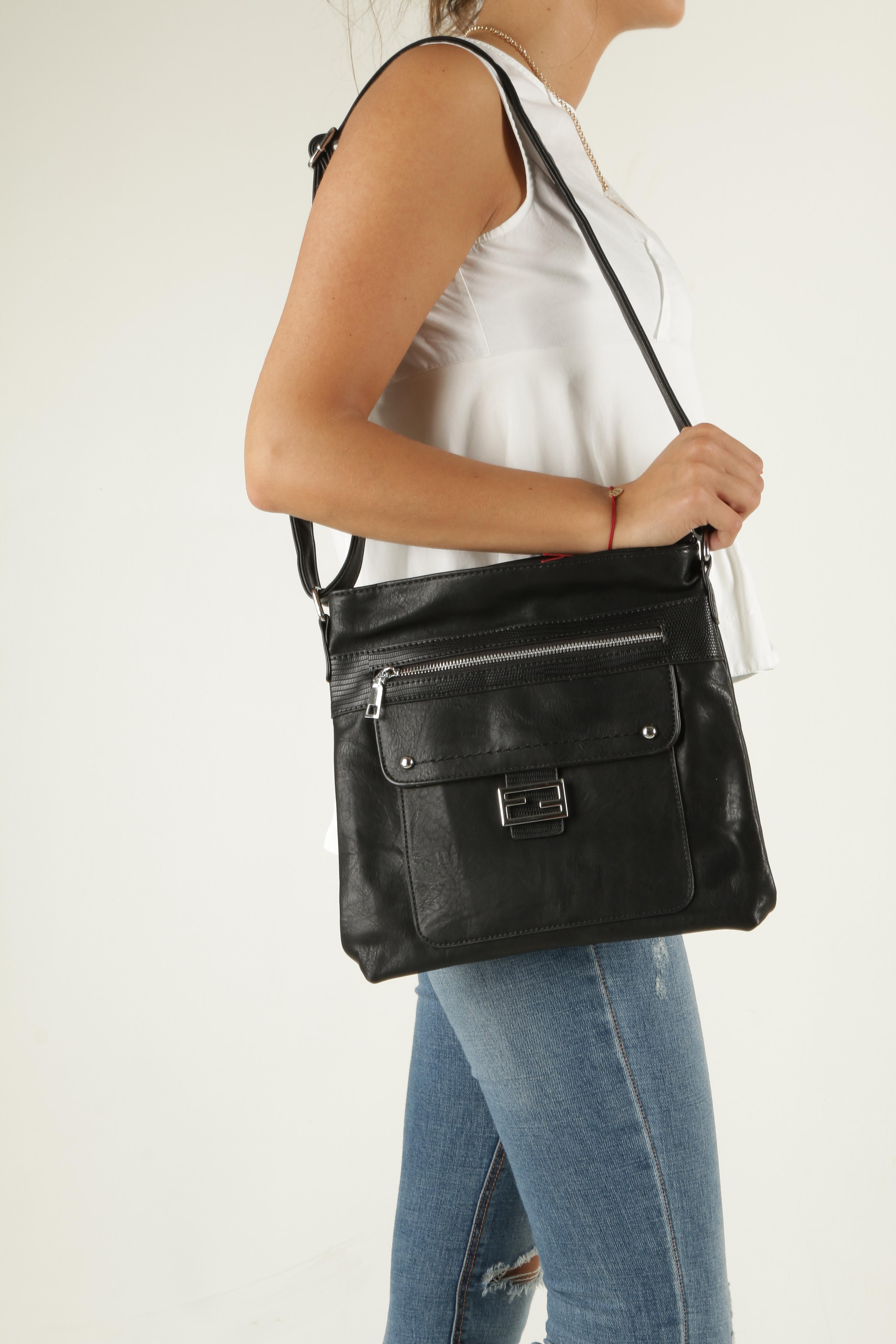 Czarna torebka listonoszka z metalową ozdobą Casu D54