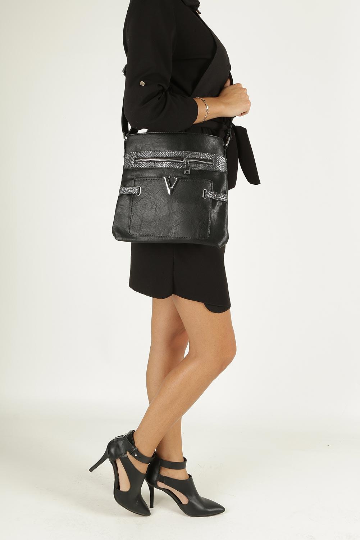 Czarna torebka listonoszka z metalową ozdobą Casu D60