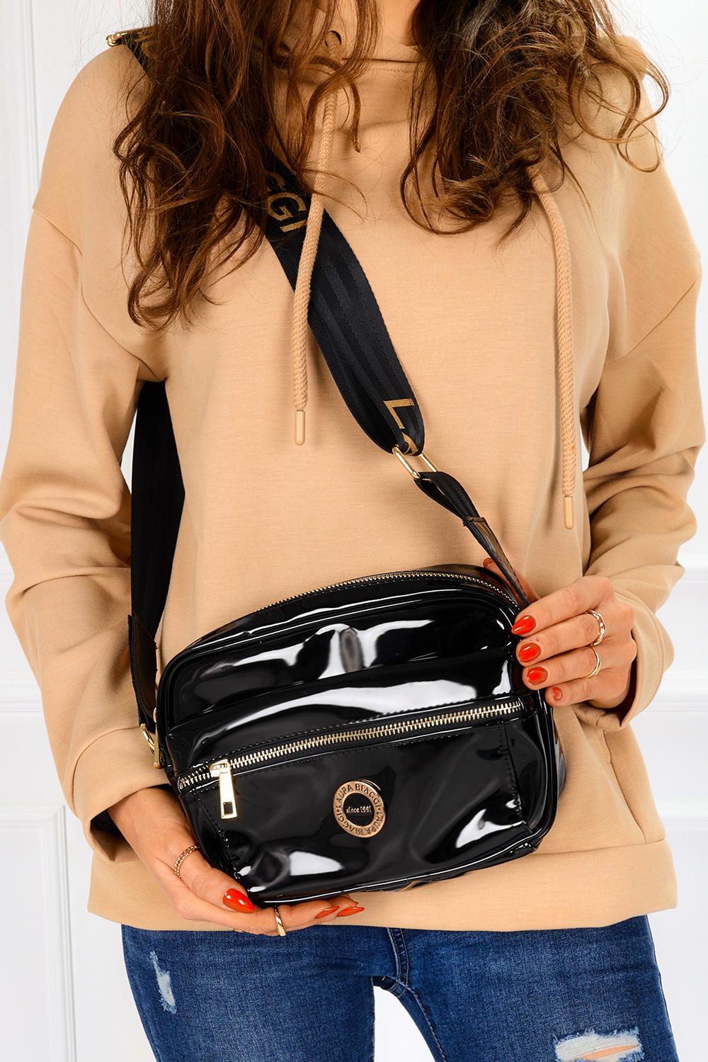 Czarna torebka mała lakierowana z kieszonką z przodu Laura Biaggi G981