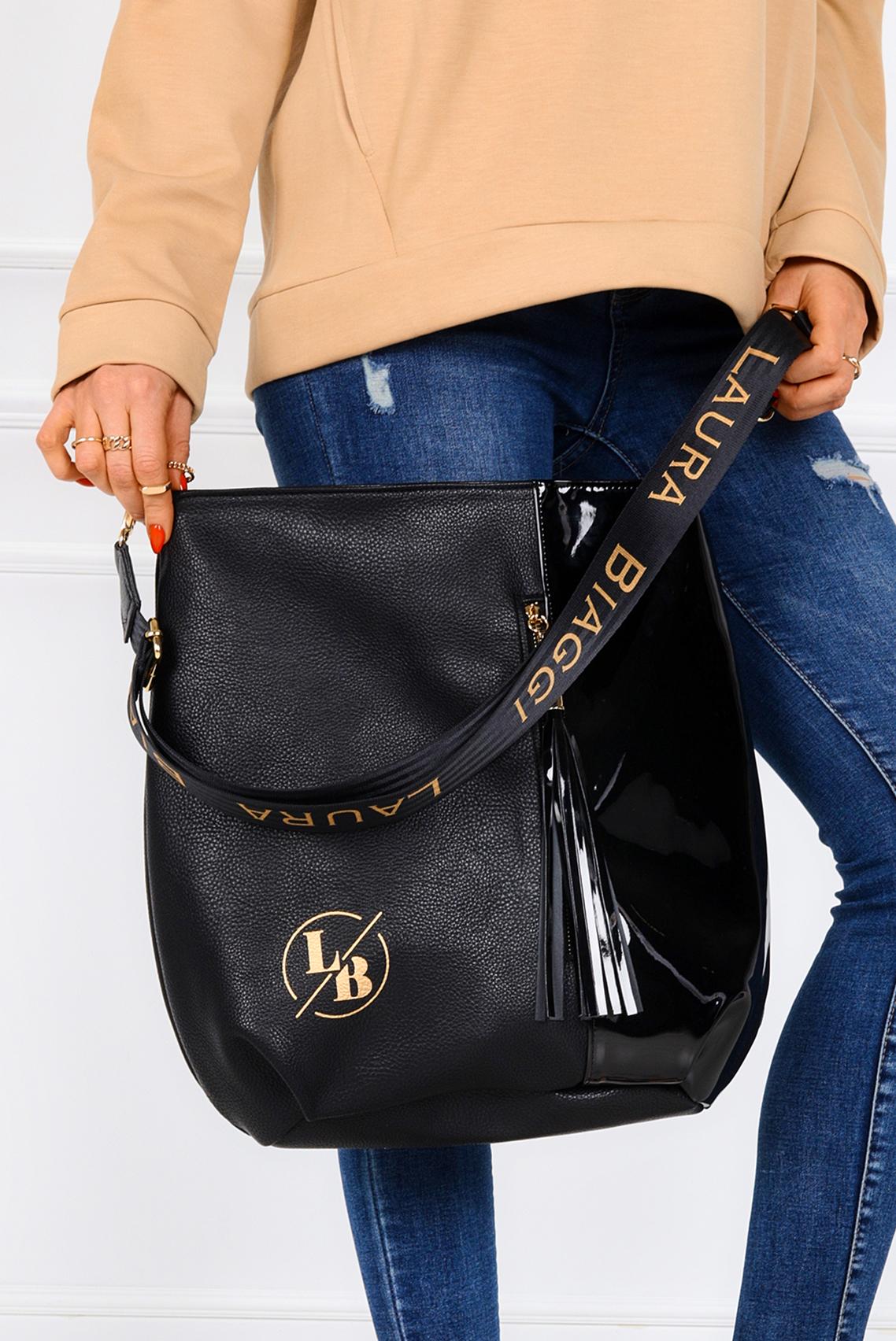 Czarna torebka z frędzlami i ozdobnym suwakiem na przodzie Laura Biaggi DG03
