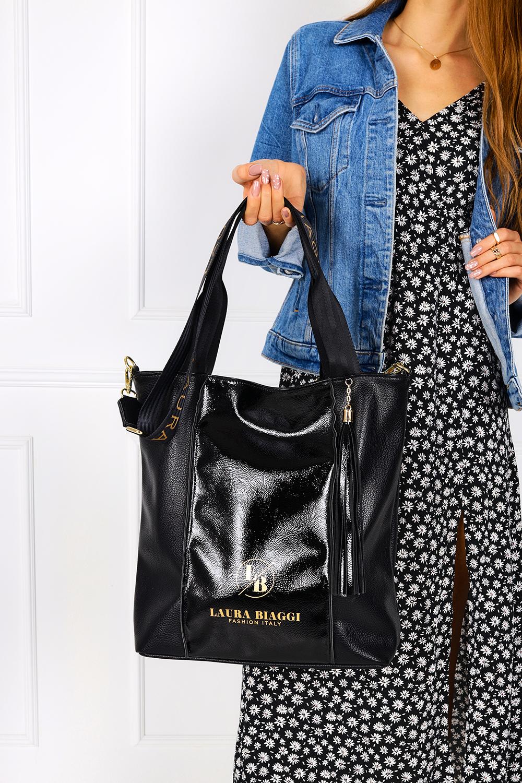 Czarna torebka z frędzlami lakierowana wstawka Laura Biaggi DG02