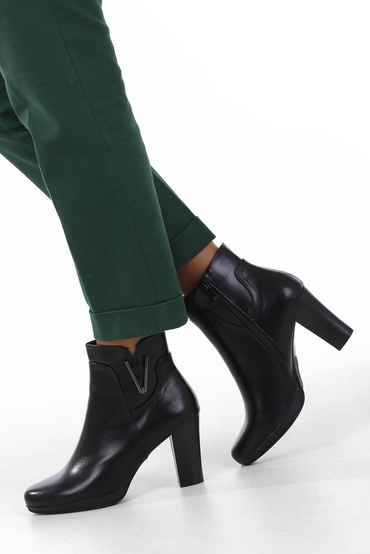 Czarne botki na słupku z metalową ozdobą Jezzi ASA90-18 wysokosc_obcasa 8.5 cm