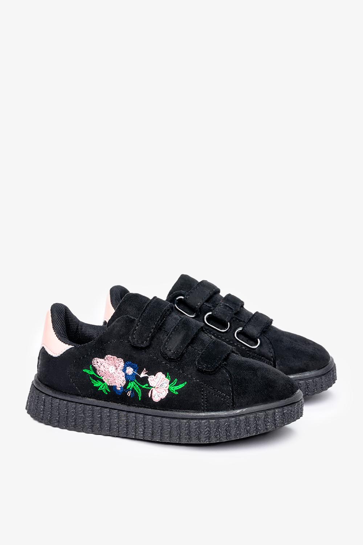 Czarne buty sportowe na rzepy z haftowanym kwiatkiem Casu 666-27