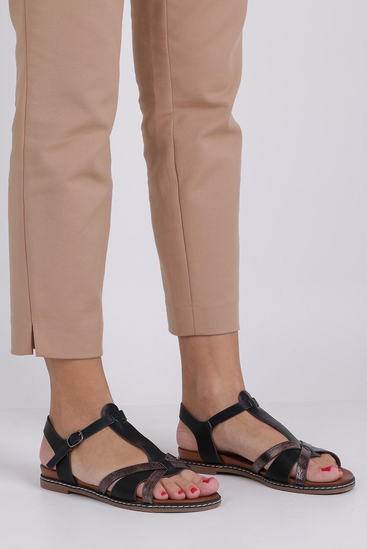 Czarne lekkie sandały płaskie z paskiem przez środek Casu K19X12/B producent Casu