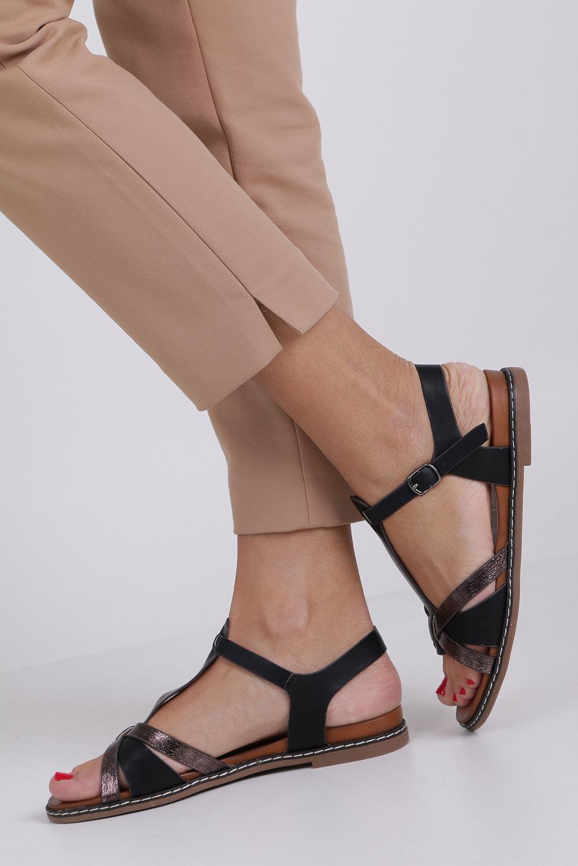 Czarne lekkie sandały płaskie z paskiem przez środek Casu K19X12/B kolor czarny
