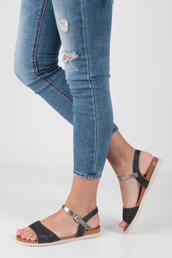 Czarne sandały ażurowe ze srebrnym paskiem wokół kostki na białej podeszwie Casu K18X13/B