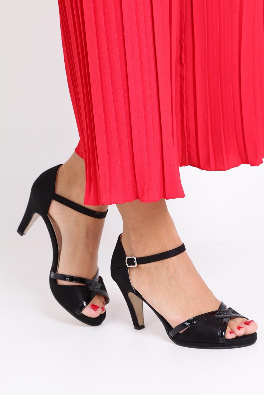 Czarne sandały karnawałowe z zakrytą piętą Casu 7-W308A