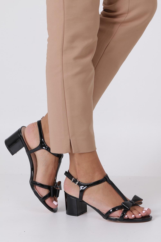Czarne sandały lakierowane ze skórzaną wkładką na niskim obcasie kokardka Casu N19X1/B