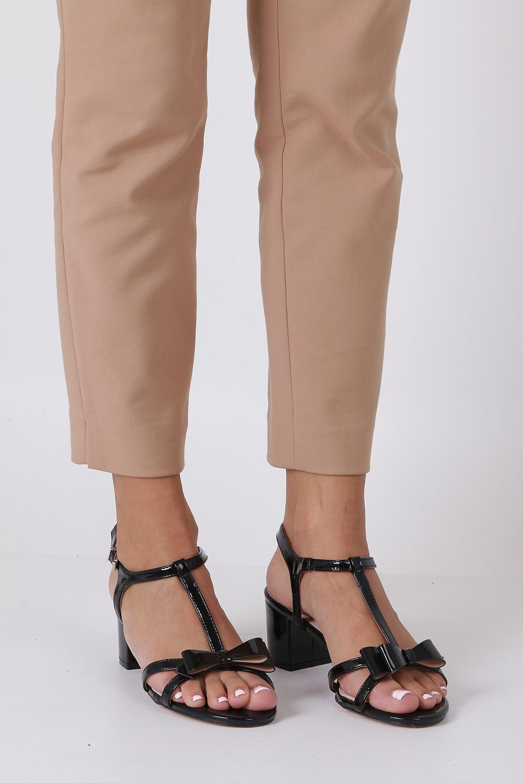 Czarne sandały lakierowane ze skórzaną wkładką na niskim obcasie kokardka Casu N19X1/B sezon Lato