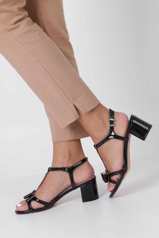 Czarne sandały lakierowane ze skórzaną wkładką na niskim obcasie kokardka Casu N19X1/B kolor czarny