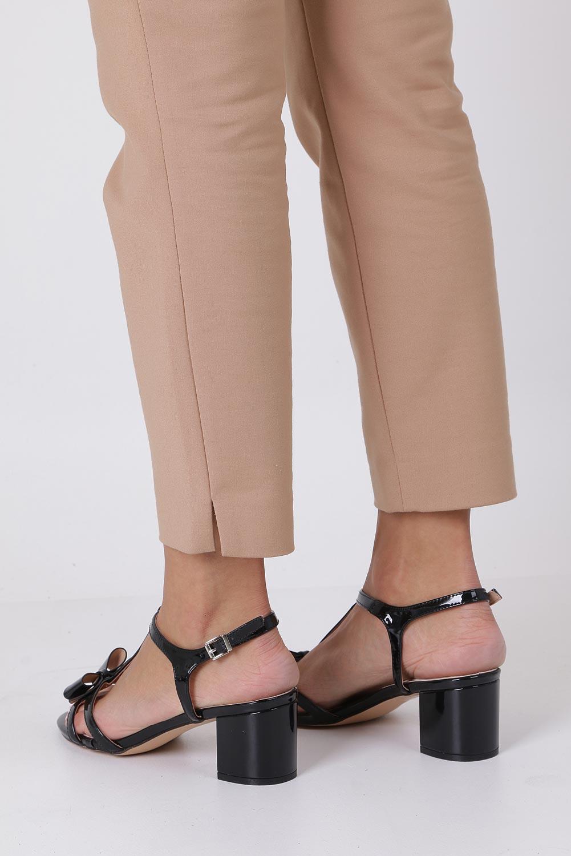 Czarne sandały lakierowane ze skórzaną wkładką na niskim obcasie kokardka Casu N19X1/B wysokosc_obcasa 6.5 cm