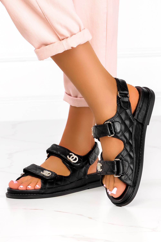 Czarne sandały pikowane na platformie z metalową ozdobą Casu NS186