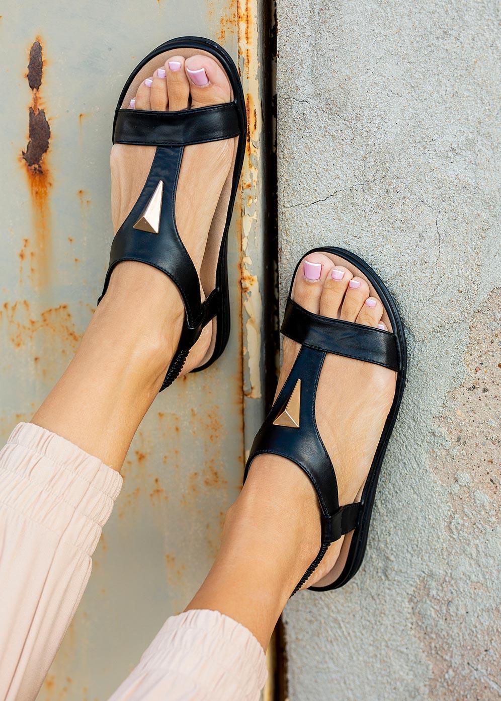 Czarne sandały płaskie z gumką i metalową ozdobą Casu N19X6/B producent Casu