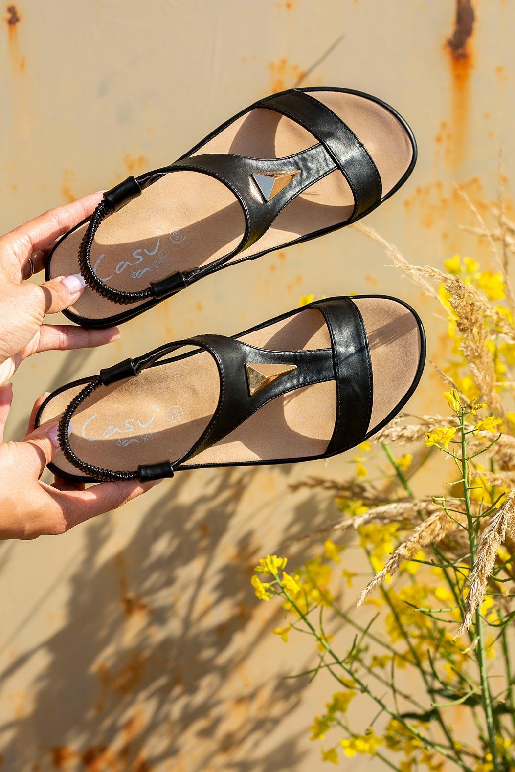 Czarne sandały płaskie z gumką i metalową ozdobą Casu N19X6/B model N19X6/B
