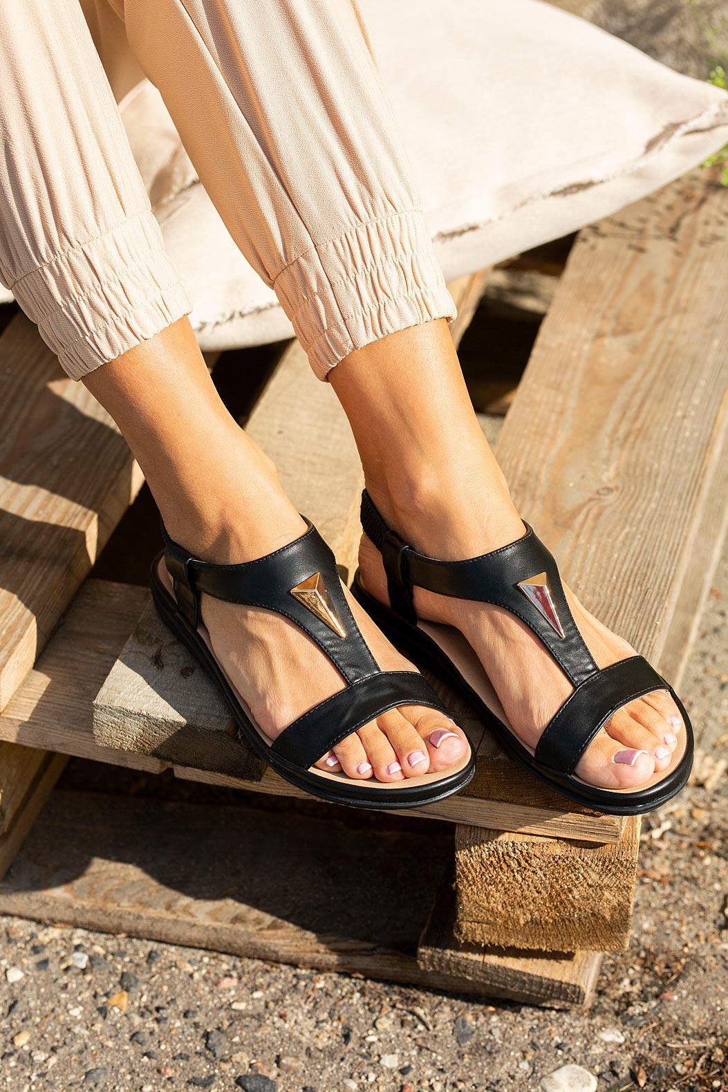 Czarne sandały płaskie z gumką i metalową ozdobą Casu N19X6/B sezon Lato