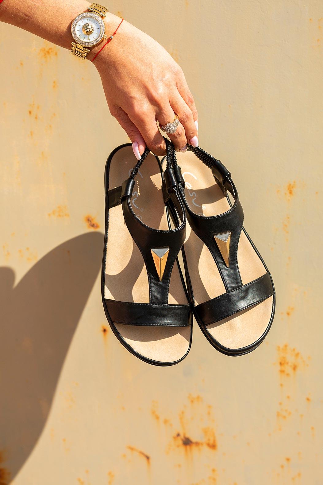 Czarne sandały płaskie z gumką i metalową ozdobą Casu N19X6/B kolor czarny