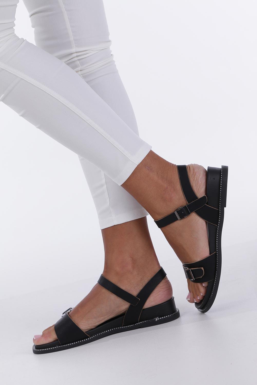 Czarne sandały płaskie z łańcuszkiem i ozdobną klamrą Casu K19X4/B kolor czarny