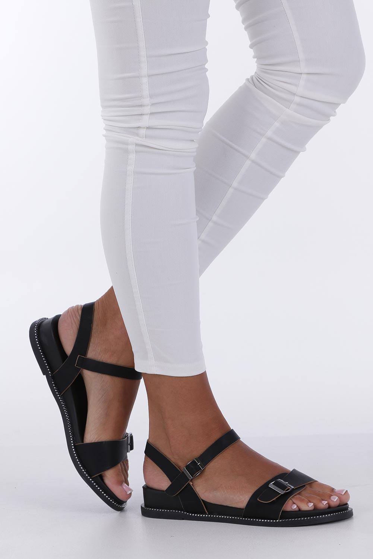 Czarne sandały płaskie z łańcuszkiem i ozdobną klamrą Casu K19X4/B wysokosc_obcasa 3 cm