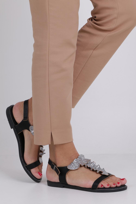 Czarne sandały płaskie z nitami i ozdobną falbanką Casu K19X6/B kolor czarny