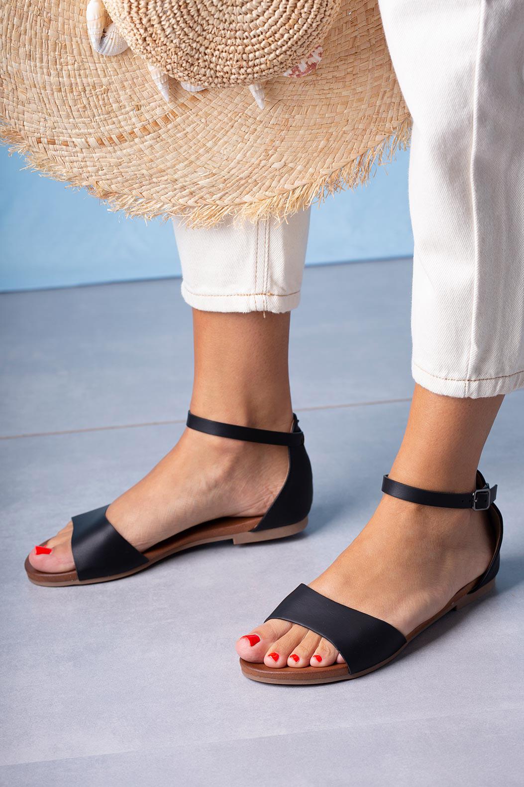 Czarne sandały płaskie z zakrytą piętą i paskiem wokół kostki Casu K19X16/B czarny