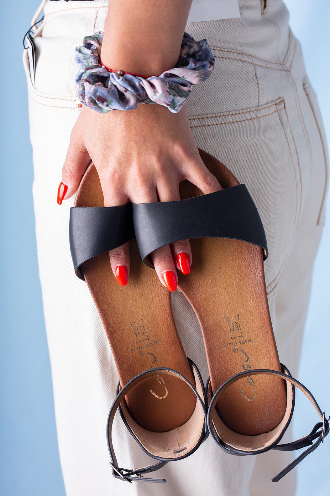 Czarne sandały płaskie z zakrytą piętą i paskiem wokół kostki Casu K19X16/B