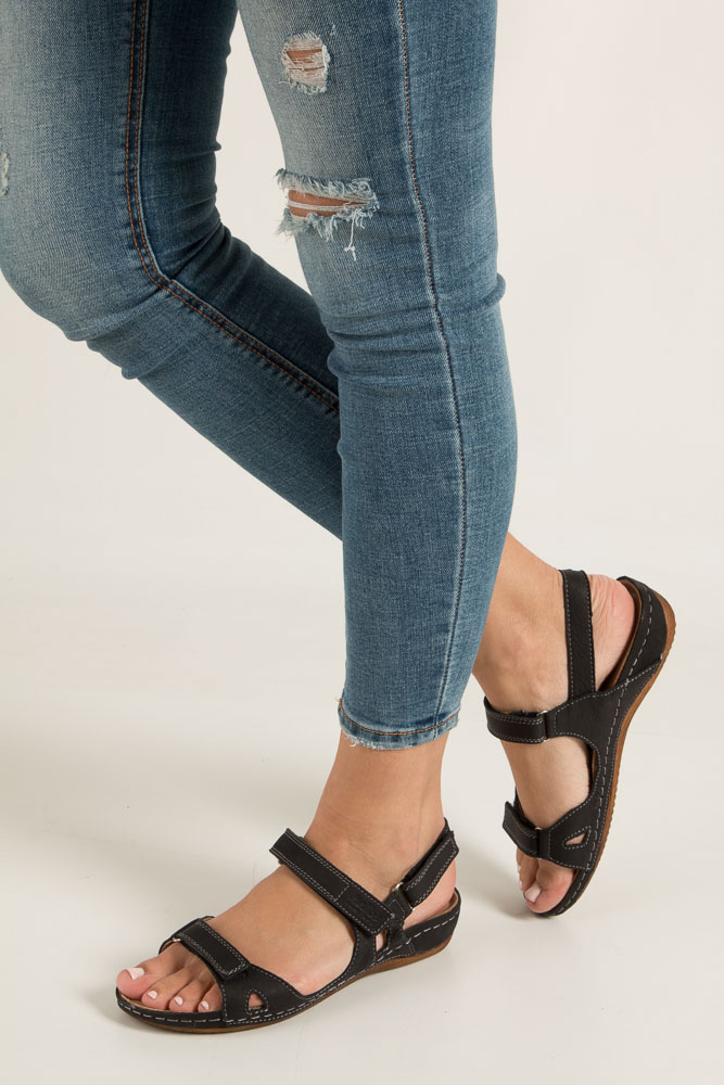 Czarne sandały skórzane na koturnie Helios 205 czarny