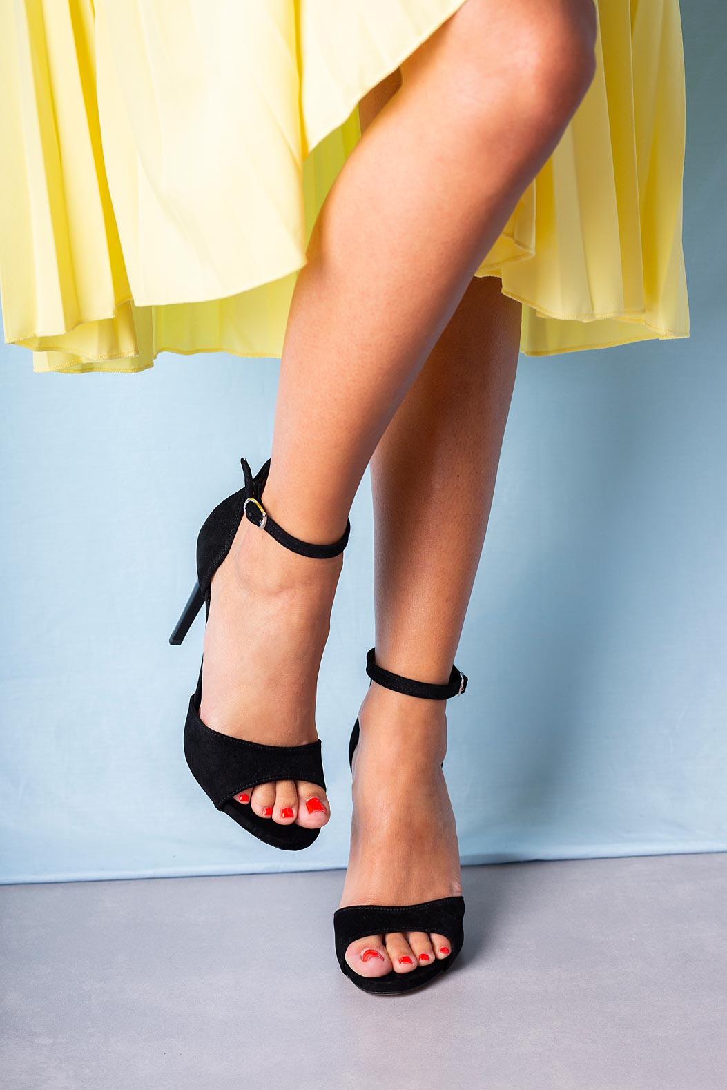 Czarne sandały szpilki z zakrytą piętą i paskiem wokół kostki Casu 1590/1