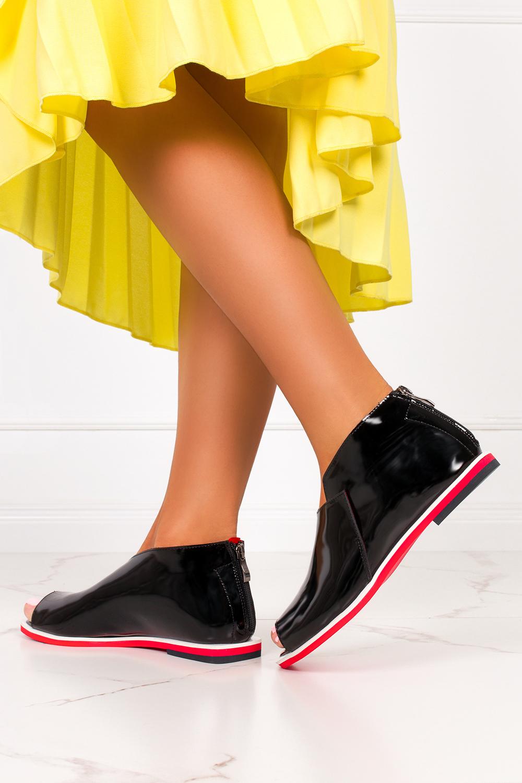Czarne sandały zabudowane lakierowane z zamkiem na pięcie polska skóra Casu 4080 czarny