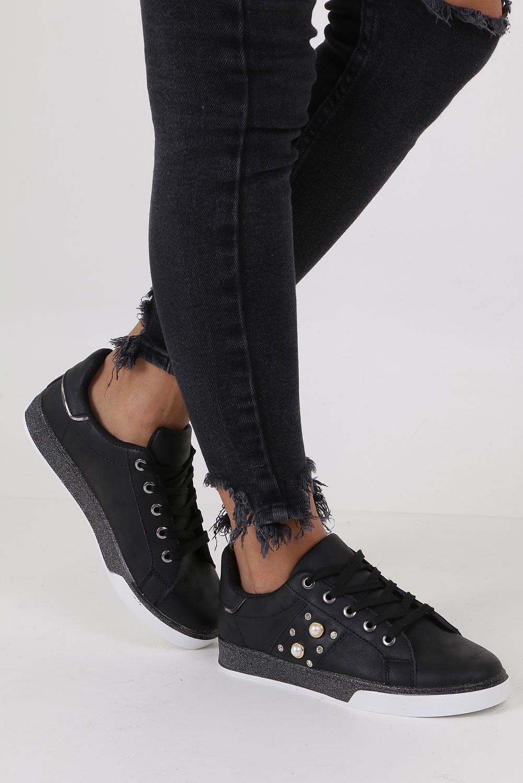 Czarne trampki sznurowane z perełkami Casu HR61237