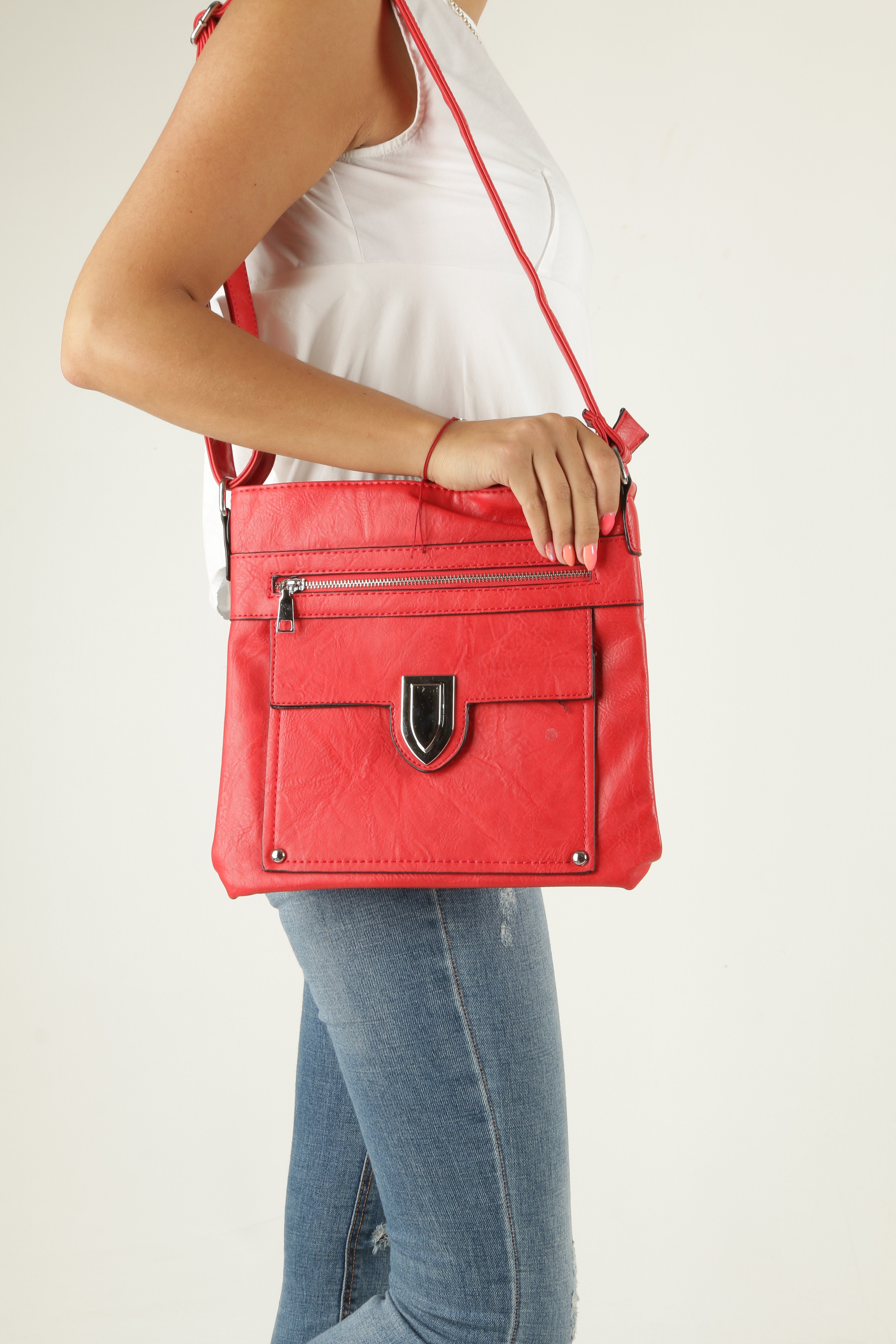 Czerwona torebka listonoszka z metalową ozdobą Casu D99