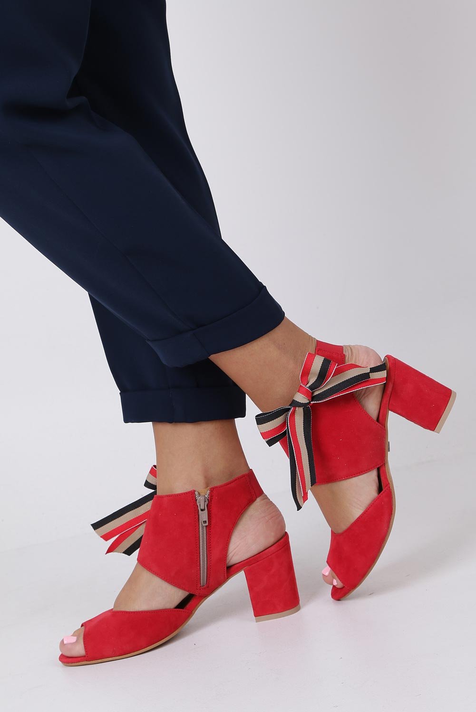Czerwone sandały skórzane zabudowane z kokardą na słupku Maciejka 04038-08/00-5 producent Maciejka