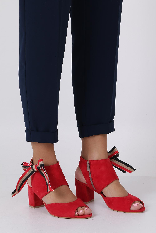 Czerwone sandały skórzane zabudowane z kokardą na słupku Maciejka 04038-08/00-5 sezon Lato