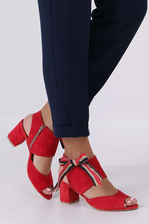 Czerwone sandały skórzane zabudowane z kokardą na słupku Maciejka 04038-08/00-5 kolor czerwony