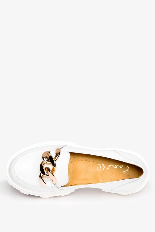 Białe mokasyny na platformie półbuty ze złotym łańcuchem polska skóra Casu 08251/00/00/00/004 biały