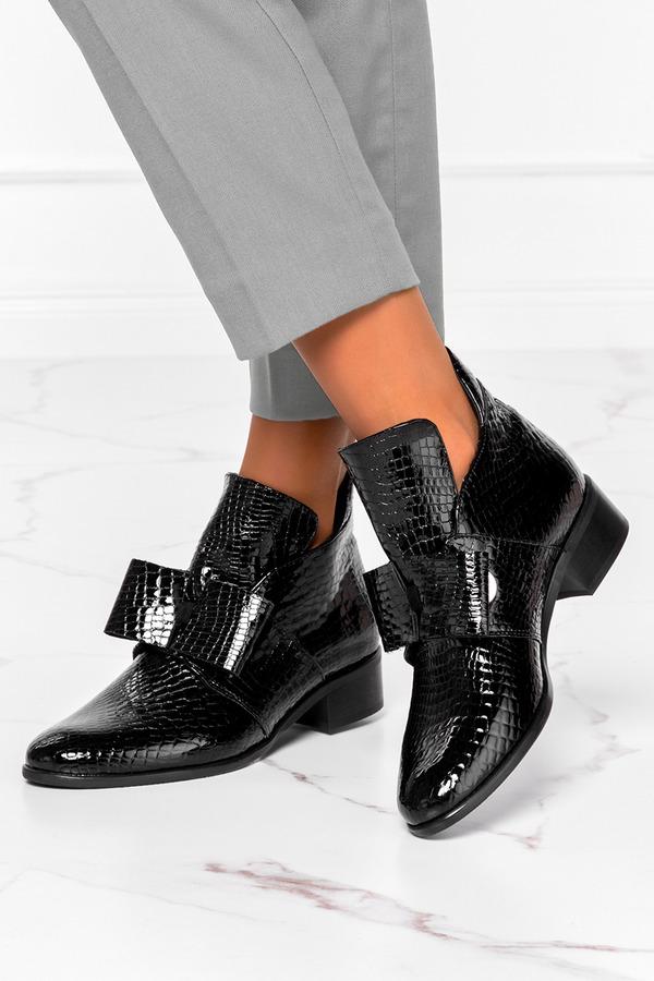 Czarne botki lakierowane na niskim obcasie z kokardą krokodyli wzór polska skóra Casu 4046 czarny