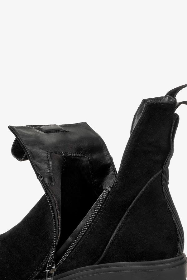 Czarne botki na platformie z wycięciami po bokach Casu G212X10-BM