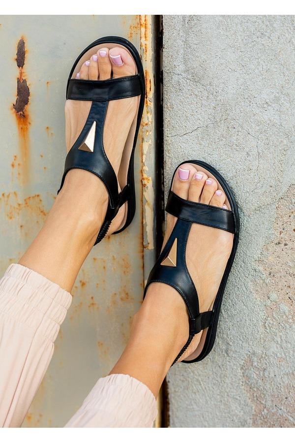 Czarne sandały płaskie z gumką i metalową ozdobą Casu N19X6/B czarny
