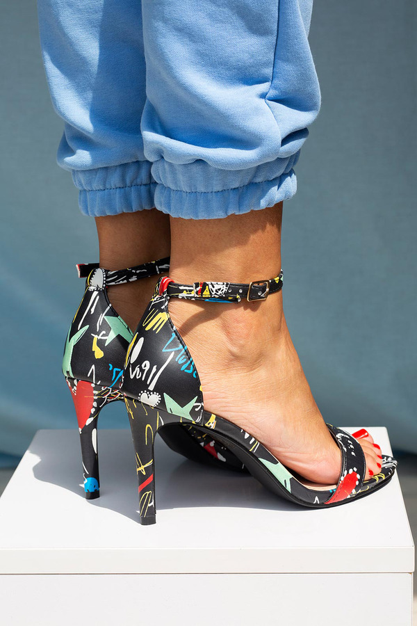 Czarne sandały szpilki graffiti z zakrytą piętą paskiem wokół kostki ze skórzaną wkładką Casu A20X2/BG czarny
