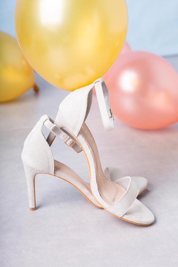 Szare sandały szpilki błyszczące z zakrytą piętą paskiem wokół kostki ze skórzaną wkładką Casu A20X2/S jasny szary