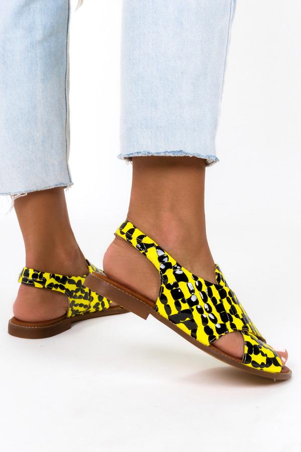Żółte sandały płaskie lakierowane z paskami na krzyż polska skóra Casu 3012-0/9