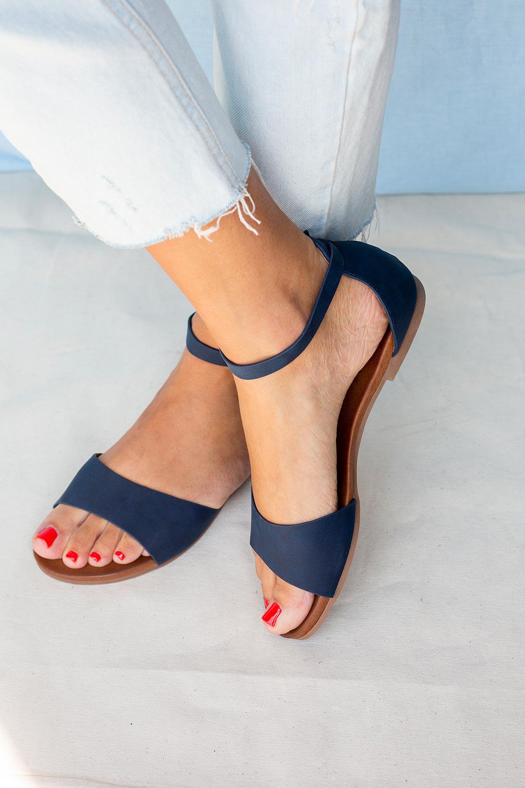 Granatowe sandały płaskie z zakrytą piętą i paskiem wokół kostki Casu K19X16/N producent Casu