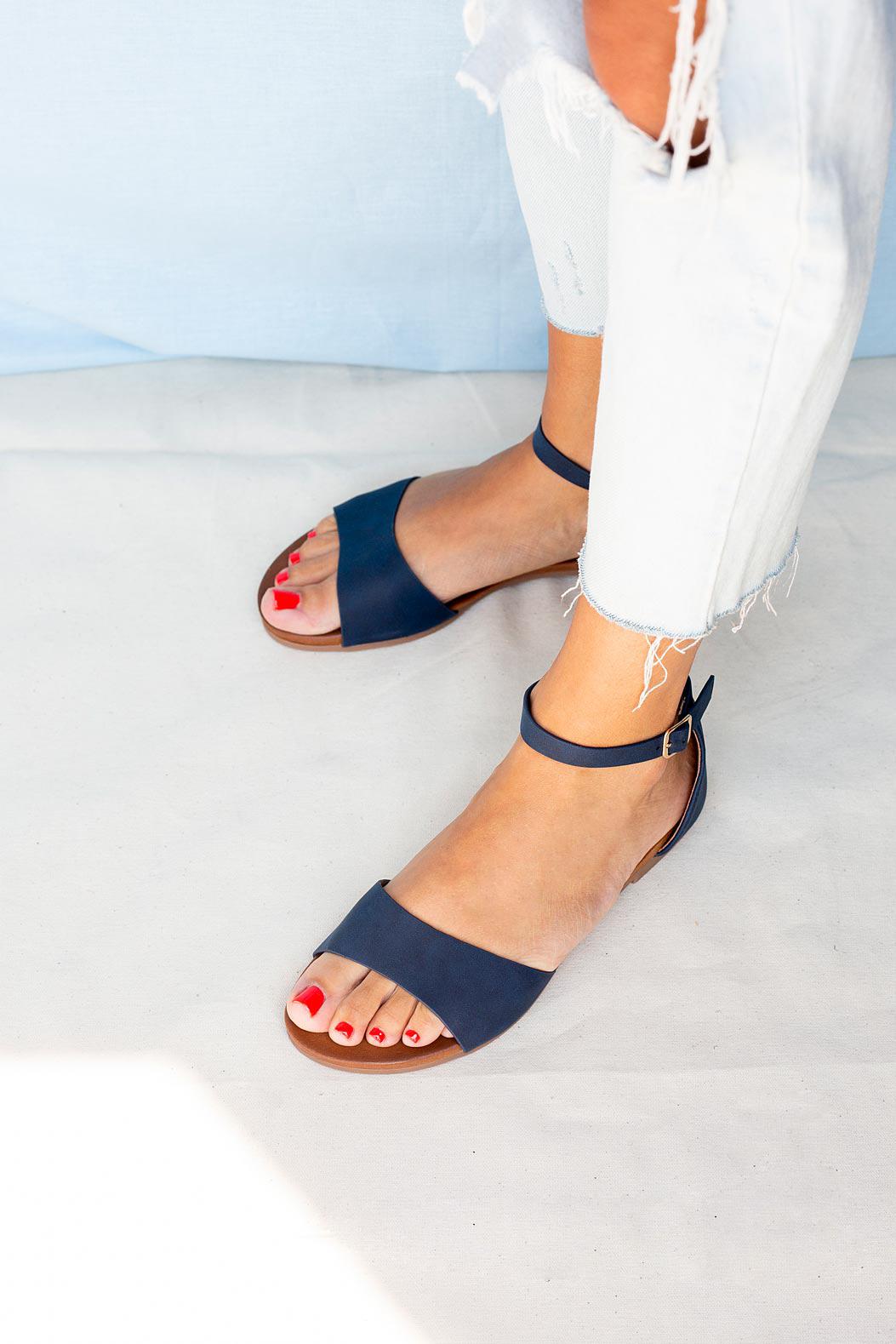 Granatowe sandały płaskie z zakrytą piętą i paskiem wokół kostki Casu K19X16/N sezon Lato