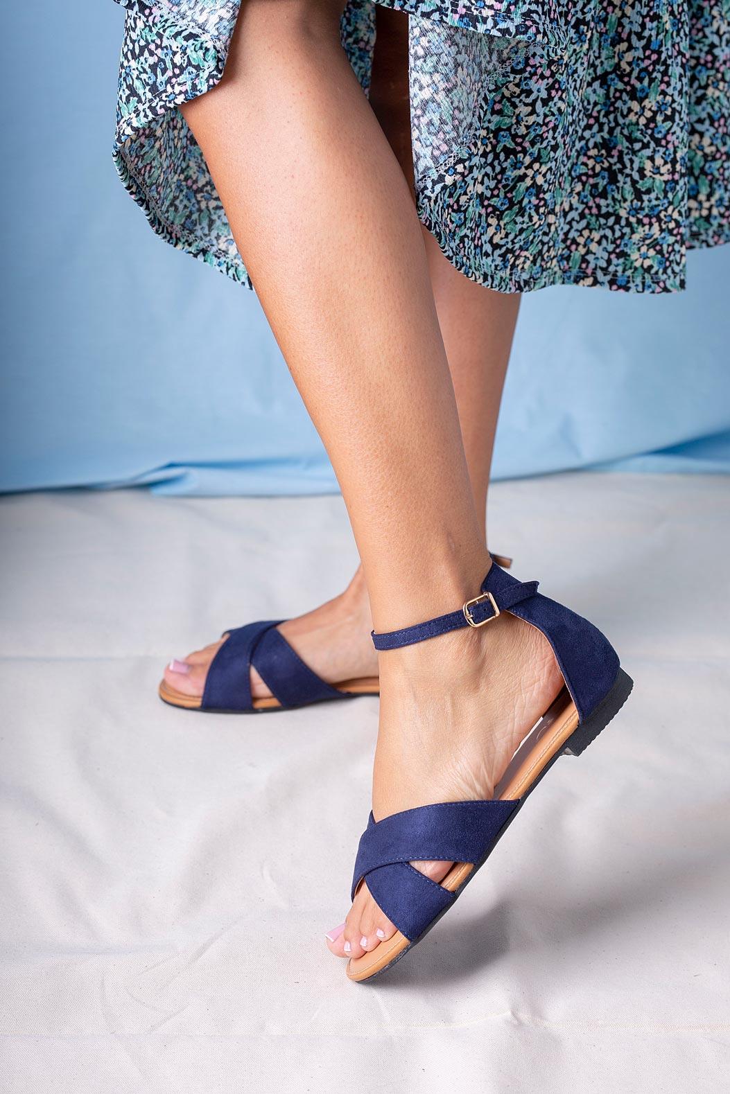 Granatowe sandały płaskie z zakrytą piętą i paskiem wokół kostki Casu RT20X2/N model RT20X2/N