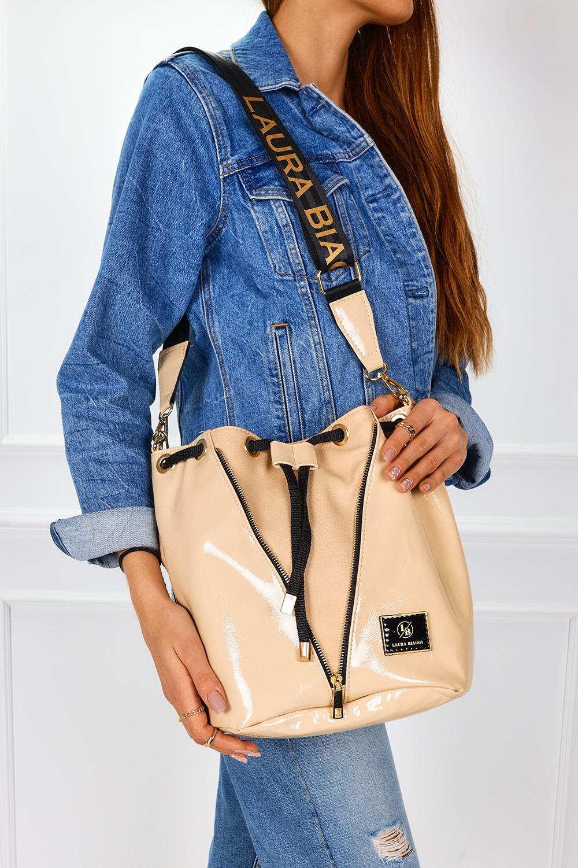 Kremowa torebka worek lakierowana ściągana troczkiem Laura Biaggi G1049